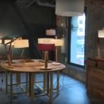 Tienda de lámparas y muebles artesanos